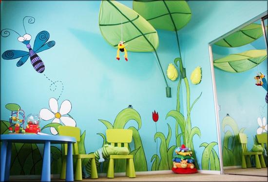 这一款儿童房手绘墙诠释的是郊野风情,或淡或浓的绿色,非常有立体感和