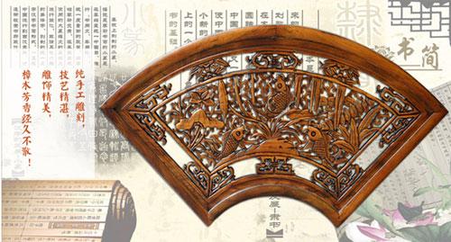 仿旧木色 樟木材质 产品描述:东阳木雕这款年年有余扇形挂件,纯手工