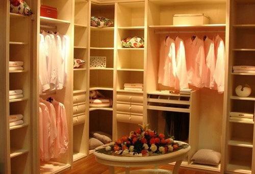 先铺木地板还是先装定制衣柜