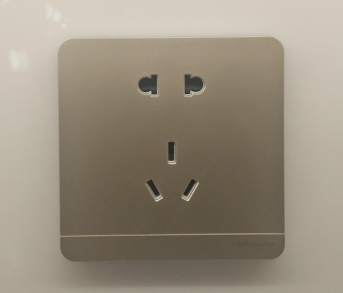 施耐德 蓝韵系列 五孔插座 PC材质 耐高温 防漏电 安全插座 实拍