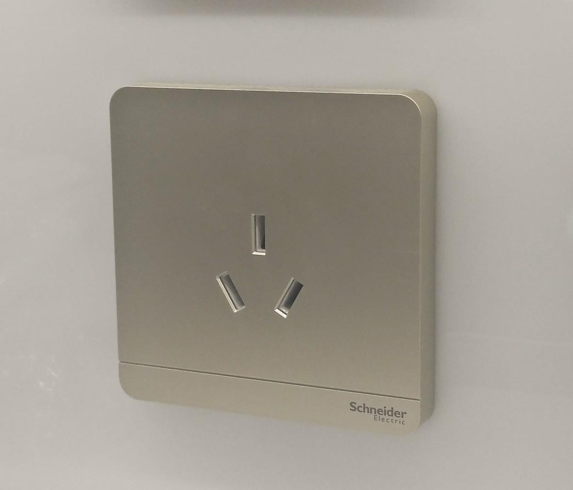 施耐德 蓝韵系列 三孔16A插座 PC材质 耐高温 防漏电 安全插座 实拍