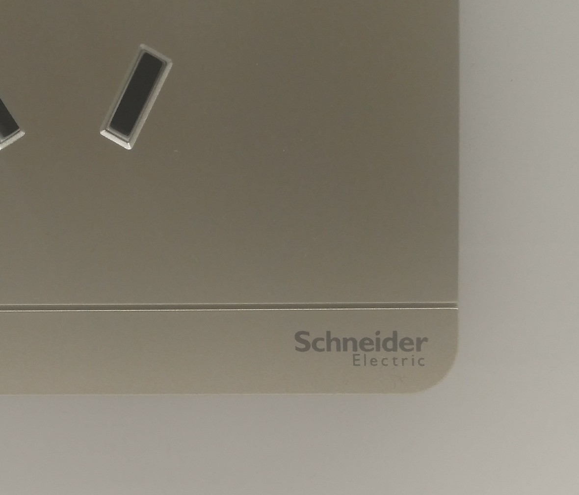 施耐德 蓝韵系列 三孔16A插座 PC材质 耐高温 防漏电 安全插座 细节