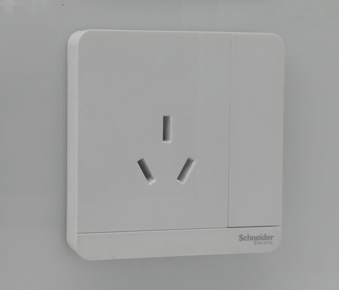 施耐德 轻点系列 一开三孔16A开关插座 PC材质 耐高温 防漏电 安全插座 实拍