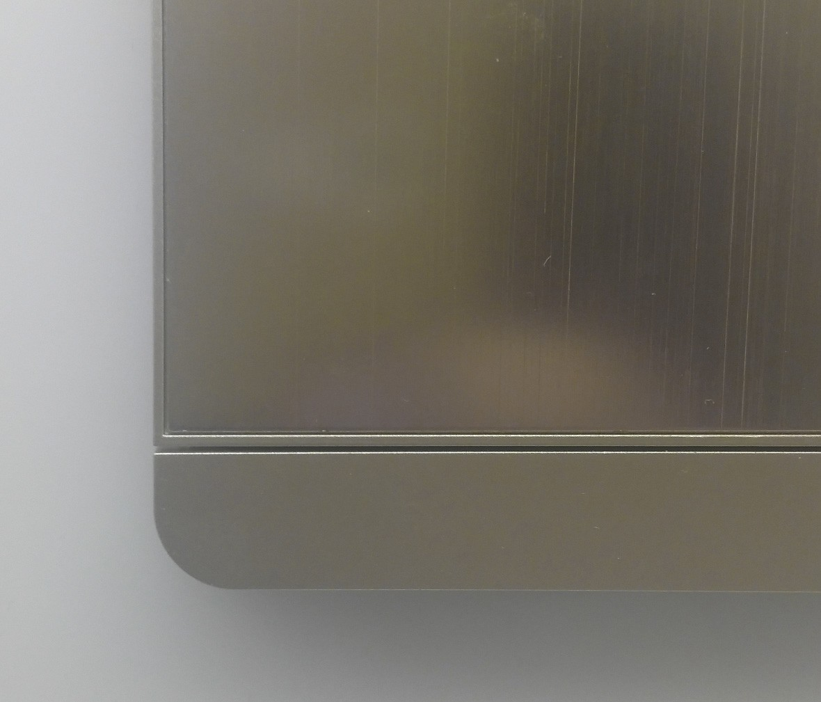 施耐德 蓝韵系列 单开拉丝面开关 PC材质 耐高温 防漏电 安全插座 细节