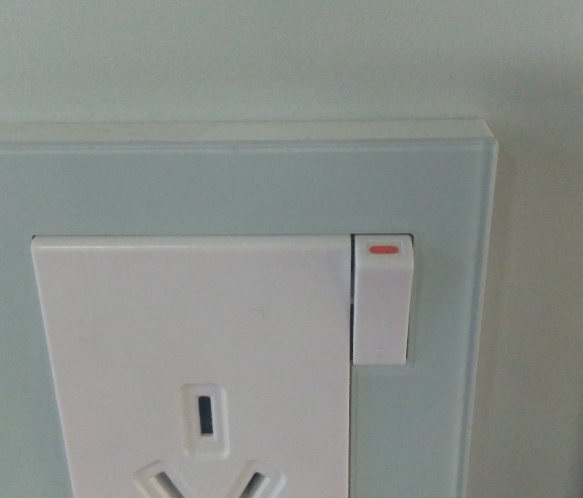 松下灯饰 新姿彩系列 三孔一开水绿插座 耐高温 防漏电 PC材质 细节