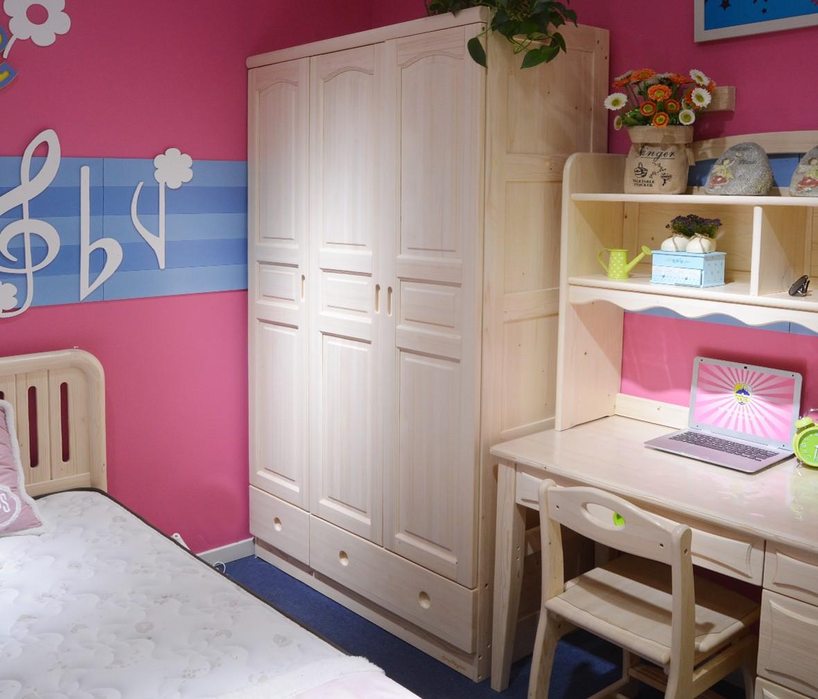 松堡王国 SP-A-G003型号三门衣柜 芬兰松木材质儿童家具 商品情景