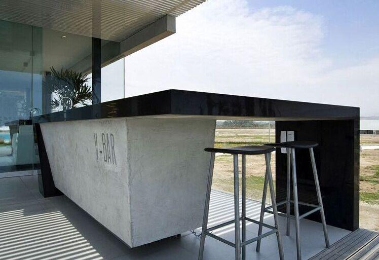 厨房和岛台设计灵感来自船舶上的桅杆,各种家装饰品的形状与住宅中的