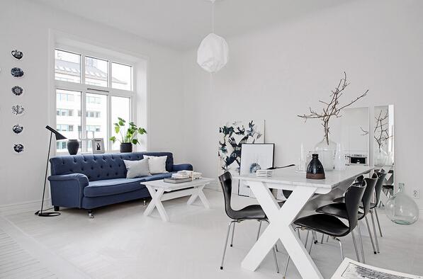 以全白色内饰为主,客厅内深蓝色的沙发自然成了整个