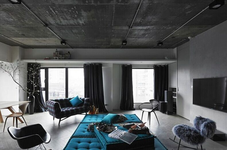 师们保留了原来的水泥天花板,并以那里为起点,完成了整个住宅的设计.