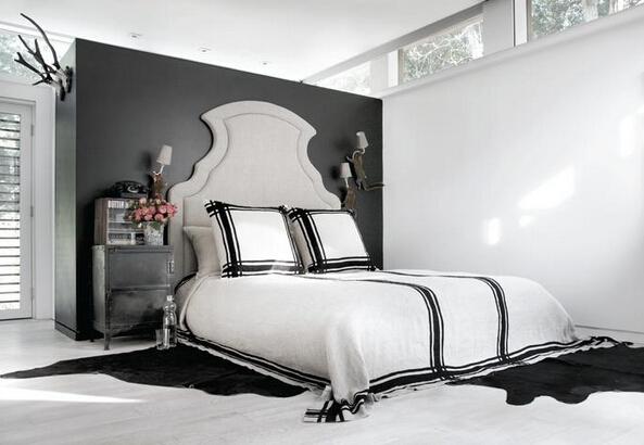 卧室地面铺了浅色的橡木地板图片