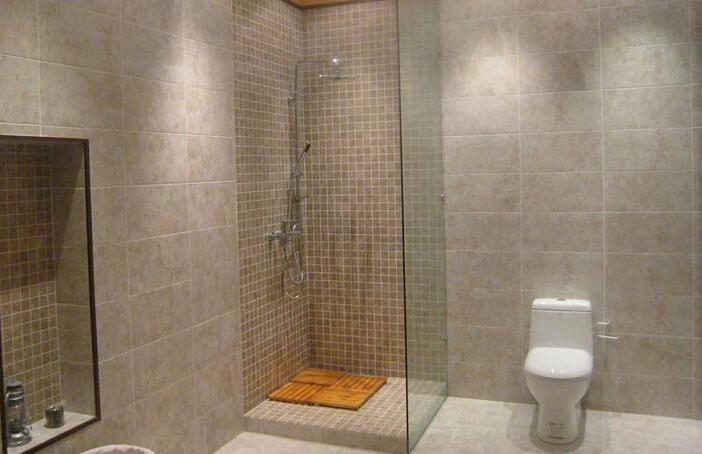 2.防水反正看不到,越便宜越好 很多业主都愿意在磁砖/卫浴和墙面上投入更多的钱,但是对于隐蔽的防水材料却都比较吝啬,不管防水效果和使用年限,只注重防水材料价格。殊不知不同的防水材料,其防水性能/防水年限都是大不相同的,便宜的材料能保证2-3年不漏水,而好的材料跟房屋是同寿命的,只要不破坏,是可以保一辈子不漏水的。防水是隐蔽工程,做完后是隐藏在瓷砖和地面之下的,一旦出现漏水是很难进行维修的,最终的结果只能是把地面和瓷砖砸了重新做防水,浪费时间和精力不说,总的费用算下来是当初的几倍! 3.只要做了闭水试验,