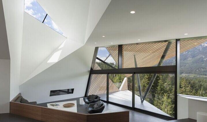 整个结构的屋顶和墙面上都覆盖着一种2x6杉木板构成
