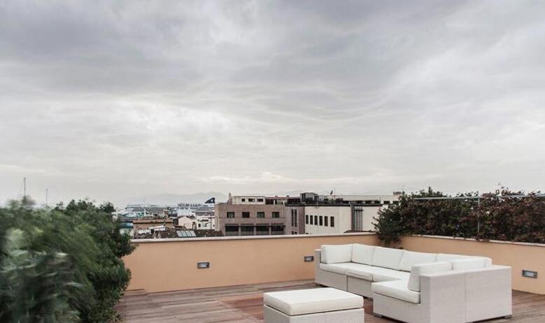 意大利Casa CBB公寓露天天台效果图 住宅里安装的家庭自动化系统,让主人可以轻松的远程遥控家里所有的电子设备。房子里的内置楼梯直接通往天台,在那里,向南你能远远的眺望到美丽的港湾,往北则可以欣赏到卡斯特罗地区的景色。
