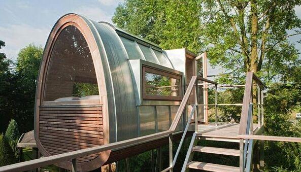 这间优美的92平方英尺的现代树屋及其将近100平方