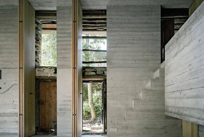 高高的可折叠木质百叶窗覆盖着原来的失去了一部分玻璃的前窗,现在一